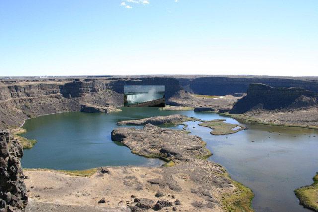 7. Dry Falls Cataract with Niagara Horseshoe Falls superimposed